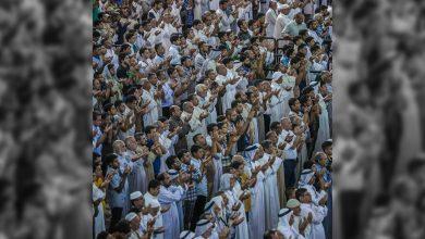 تصویر برگزاری نماز جماعت در حرم های نجف و کربلا با تداوم وضعیت سفید کرونایی پس از اربعین حسینی
